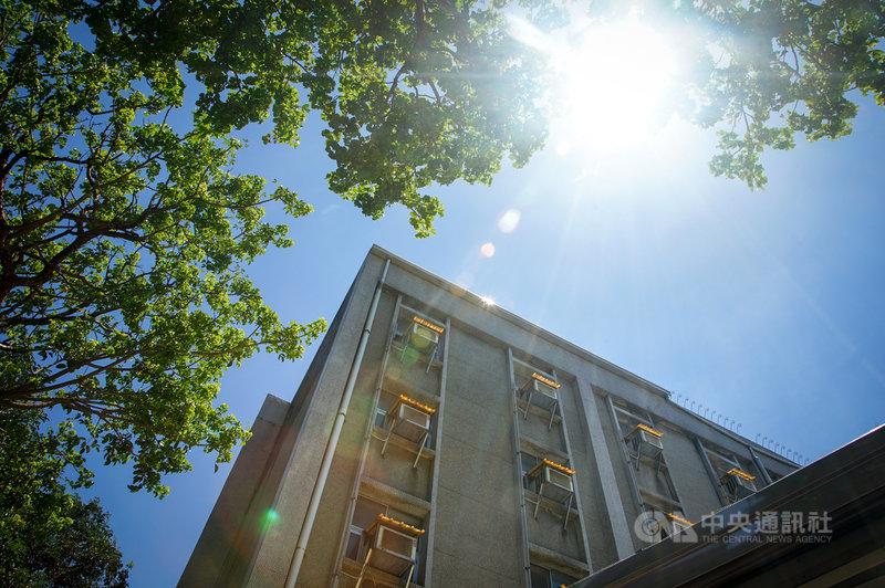 中央氣象局19日發布7縣市高溫燈號資訊,北部、東半部普遍在攝氏33度以上,容易有局部36度以上高溫,其中大台北盆地可來到37度左右,天氣炎熱加上居家防疫帶動用電攀高。中央社記者王騰毅攝  110年6月19日