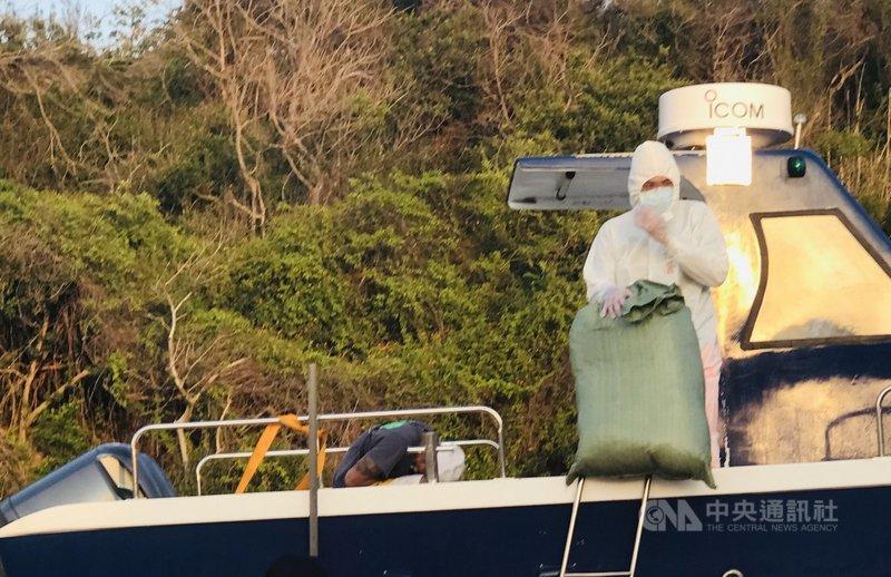 金門岸巡隊19日表示,高雄籍漁船「龍錸號」自用小船在金門廈門海域形跡可疑,金門海岸巡和查緝隊員在船內密艙查獲中國乾燥香菇一批,共46袋,總重774.14公斤。(金門岸巡隊提供)中央社記者黃慧敏傳真  110年6月19日