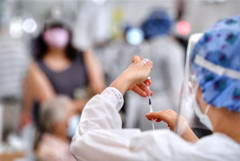 疫情指揮中心指揮官陳時中宣布,5月9日前曾接種第一劑AZ疫苗的民眾,6月23日起開放接種第2劑。圖為醫護人員抽取疫苗準備施打。(中央社檔案照片)