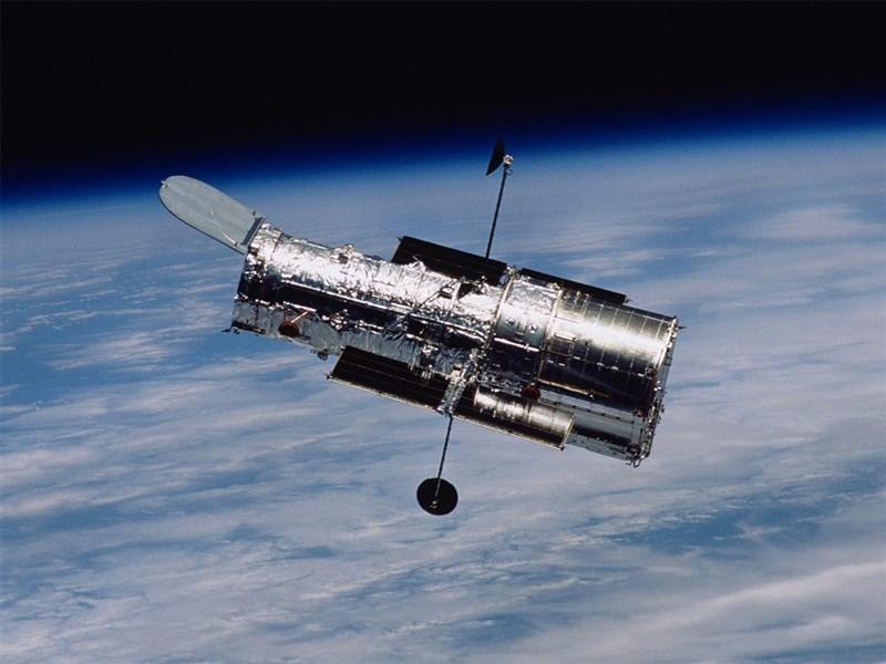 NASA 18日表示,探索浩瀚宇宙超過30年的哈伯太空望遠鏡(圖)過去幾天來故障當機,初步證據指向記憶體模組損害造成酬載電腦出問題。(圖取自facebook.com/HubbleTelescope)