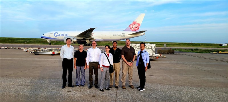 美國政府捐贈台灣250萬劑疫苗19日出發,預計台北時間20日抵達台灣,駐美代表蕭美琴(中)前往機場送機,感謝美國對台灣的友誼及堅定支持。(圖取自twitter.com/StateDeptSpox)