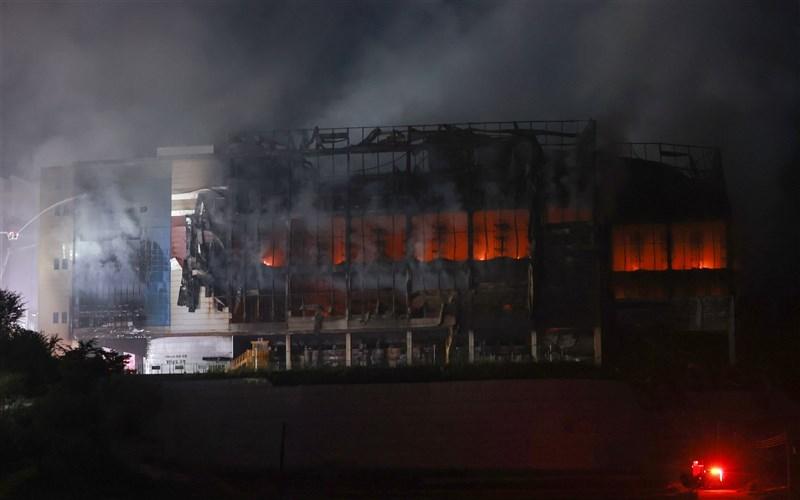 韓國最大電商Coupang旗下位於京畿道利川市的物流中心17日發生火警,火勢延燒超過48小時。(韓聯社)