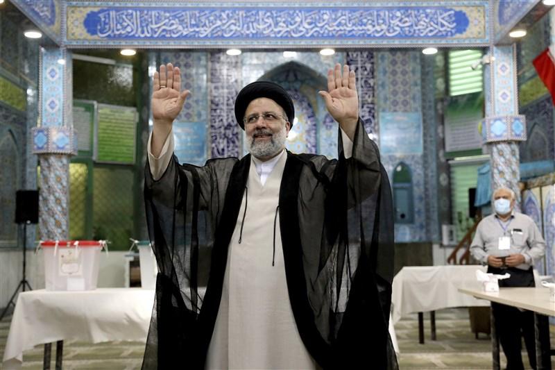 極端保守派萊希(圖)19日當選伊朗總統,他將自己塑造成簡樸虔誠的形象,主張打擊貪腐、扶助窮人。(美聯社)