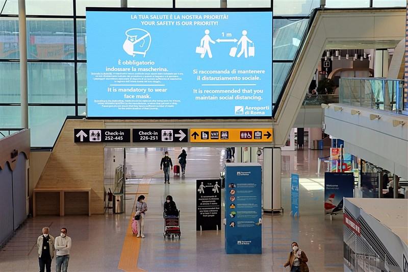義大利衛生部長史伯蘭沙18日宣布,義大利將針對從英國入境的旅客恢復5天隔離要求。圖為羅馬費烏米奇諾機場防疫宣導標語。(圖取自facebook.com/AeroportiDiRomaFiumicinoCiampino)