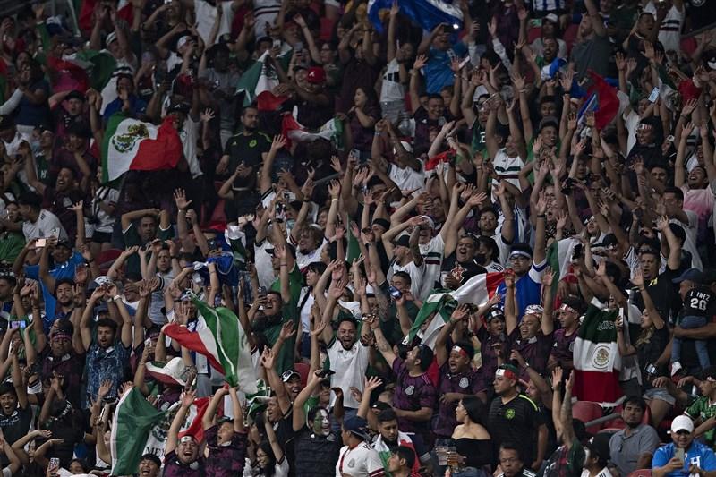 墨西哥足球協會18日表示,墨國足球隊因為球迷在場上呼喊恐同口號,遭到國際足球總會(FIFA)紀律委員會處罰及罰款。圖為12日墨西哥足球隊球迷在場邊歡呼。(圖取自twitter.com/miseleccionmxEN)