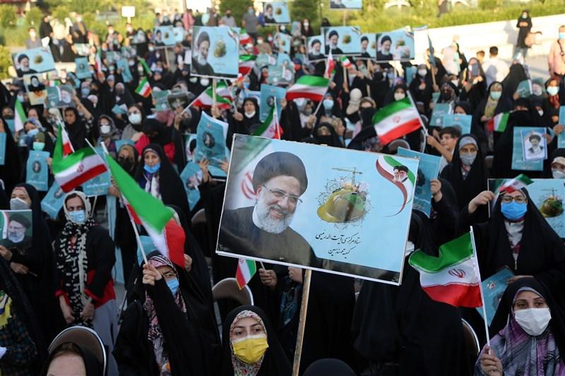 伊朗選務官員19日宣布,強硬保守派法官萊希贏得總統大選。圖為支持者高舉萊希頭像看板。(安納杜魯新聞社)