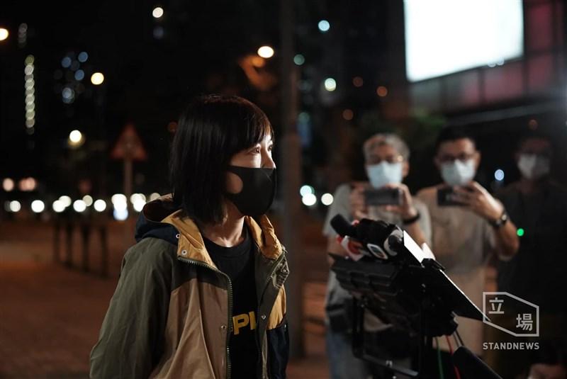 綜合立場新聞、香港蘋果日報報導,18日晚間10時許,被扣留40個小時的蘋果動新聞平台總監張志偉、壹傳媒集團營運總裁周達權、港蘋副社長陳沛敏(中)相繼獲得保釋離開警署。(圖取自立場新聞)