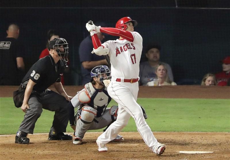 大谷翔平(前)18日晚間擊出本季第20與第21號全壘打,這也是他生涯第4度單場擊出不止1支全壘打的比賽,洛杉磯天使終場以11比3擊敗底特律老虎。(共同社)