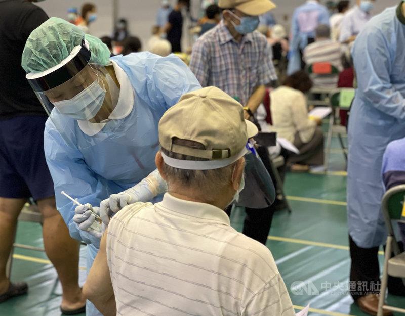 嘉義市20至22日將為78歲以上長者施打AZ疫苗,衛生局副局長廖育瑋19日表示,目前已通報5起疫苗接種不良反應死亡事件,希望這些事件不會影響長者施打意願。圖為110年6月15日高齡長者接種疫苗情形。中央社記者蔡智明攝  110年6月19日