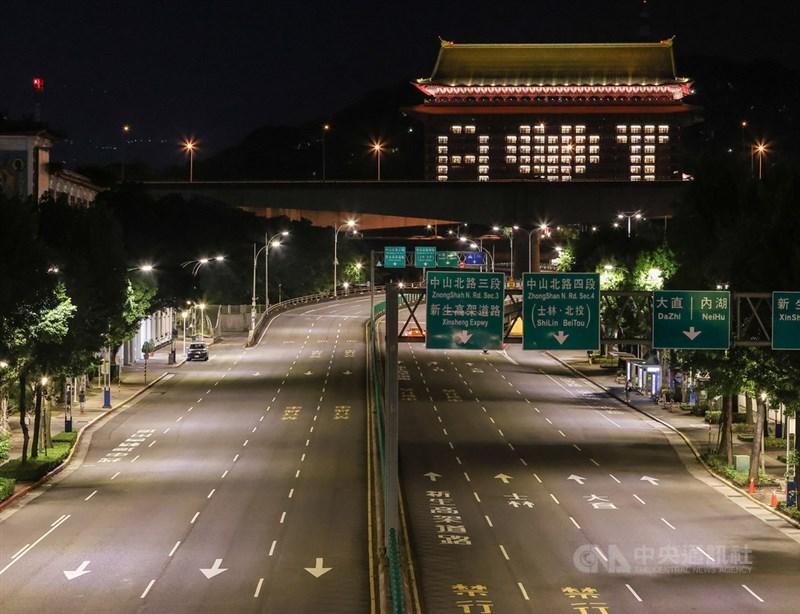 台北圓山大飯店20日晚間為展現台灣感謝美國贈送武漢肺炎疫苗的心意,在外牆點亮燈光,以愛心圖案呈現對美方的感謝之情,在黑夜中相當吸睛。中央社記者鄭清元攝 110年6月20日