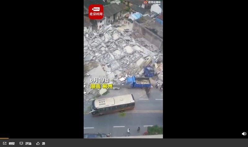 中國湖南省汝城縣盧陽鎮一棟大樓19日中午突然倒塌。(圖取自weibo.com/hangzhouwang)