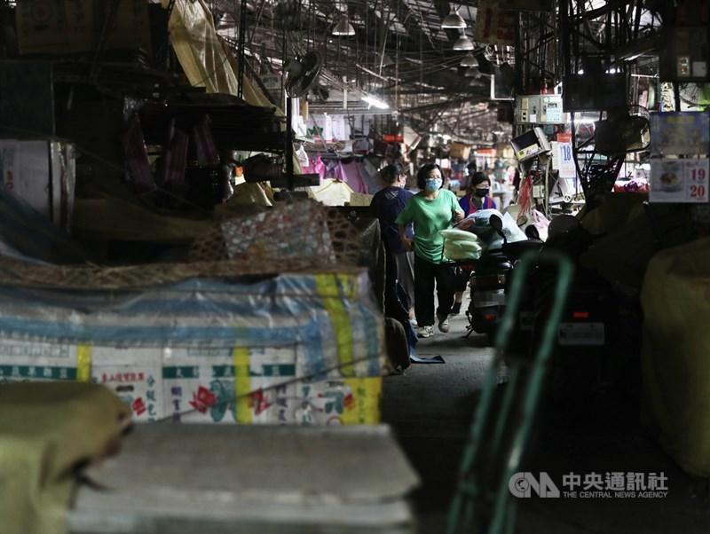台北農產運銷公司有員工確診COVID-19,18日第一果菜批發市場零批場營運也受到影響,前來採買的民眾不若以往。中央社記者張皓安攝 110年6月18日