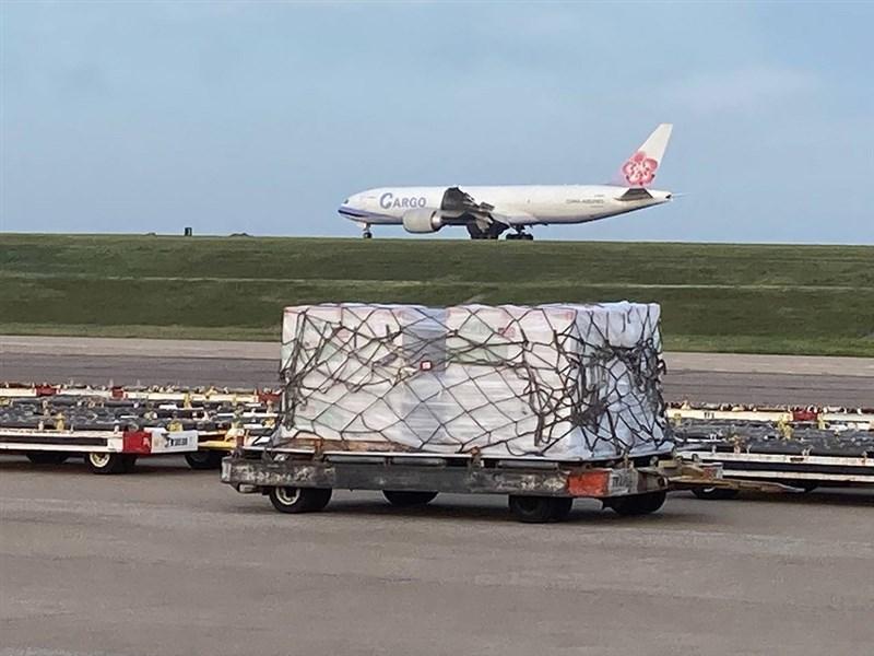 美國贈送台灣250萬劑疫苗,美東時間19日由華航貨機運送,台北時間20日下午抵達台灣。(駐美代表處提供)中央社記者江今葉華盛頓傳真 110年6月19日