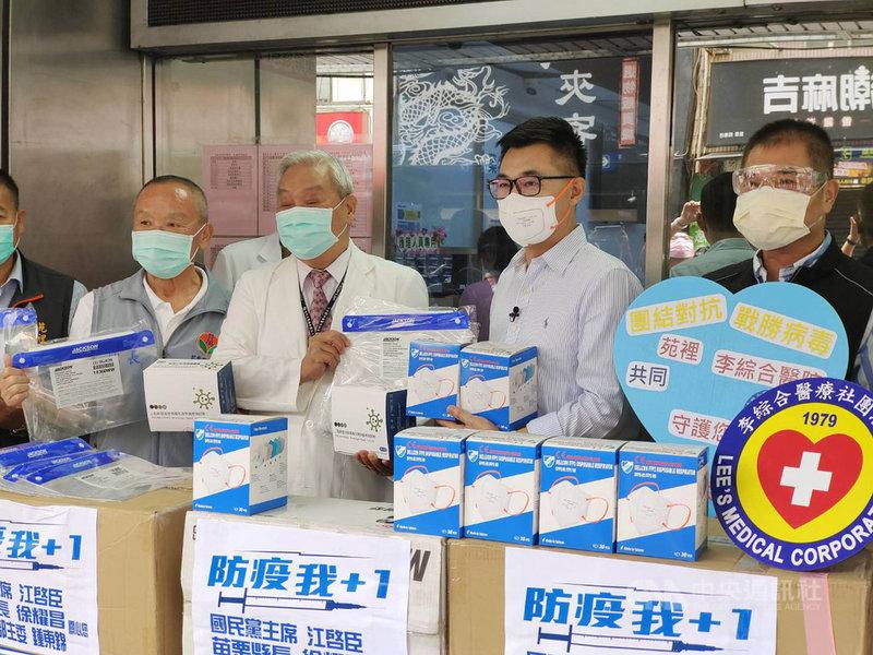 中國國民黨主席江啟臣(右2)20日上午到苗栗縣李綜合醫院、大千醫院及為恭醫院捐贈防疫物資挺醫護。中央社記者管瑞平攝 110年6月20日