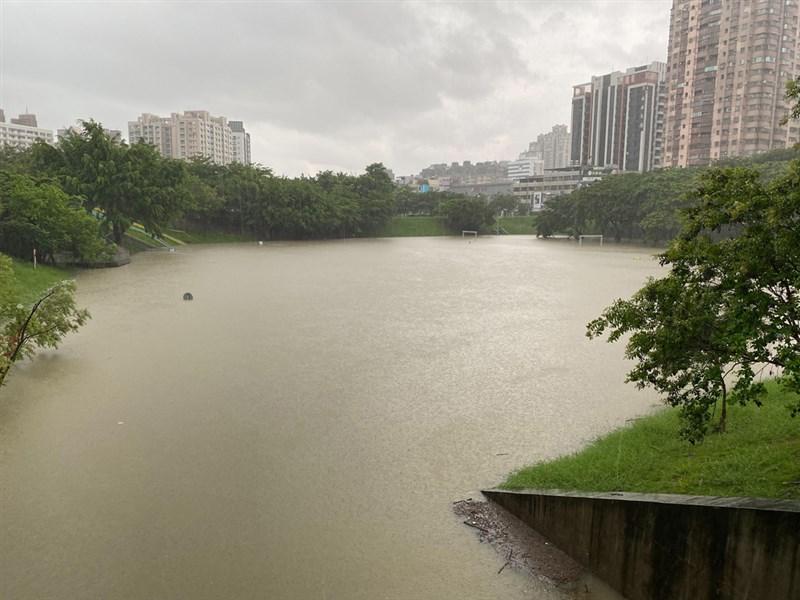 受到西南風的影響,高雄市20日清晨強降雨,三民區寶業里滯洪池周邊道路有10至20公分積淹水。(民眾提供)中央社記者王淑芬傳真 110年6月20日