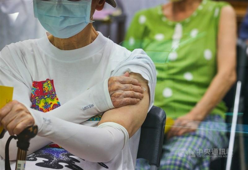 指揮中心發言人莊人祥表示,現在已有9例疑接種疫苗後死亡者經司法相驗解剖,初步研判死因大多與心血管疾病、慢性病有關。(中央社檔案照片)