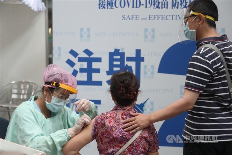 指揮中心統計,全台有148萬人至少接種1劑疫苗,涵蓋率6.4%,但指揮官陳時中坦言,目前疫苗數目跟涵蓋率仍不足。(中央社檔案照片)