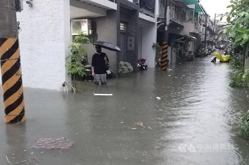 台南市部分地區20日凌晨出現雷雨,永康區一處巷弄疑因附近有排水工程正在進行,影響雨水宣洩速度,導致路面積水最深處接近成人膝蓋高度。(成功里長曾文俊提供)中央社記者楊思瑞台南傳真 110年6月20日
