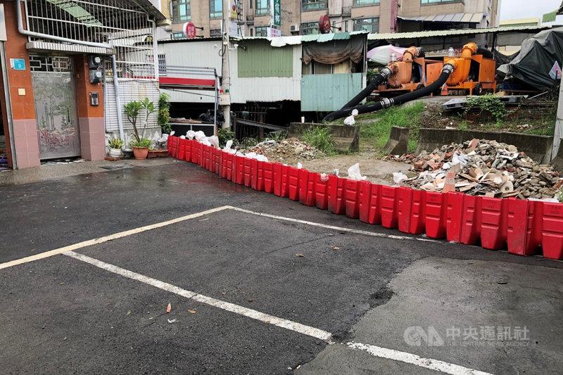 台南市永康區一處巷弄疑因附近有排水工程影響雨水宣洩,20日凌晨雨後出現積淹水,市府緊急啟動抽水機組後積水消退。(台南市水利局提供)中央社記者楊思瑞台南傳真 110年6月20日