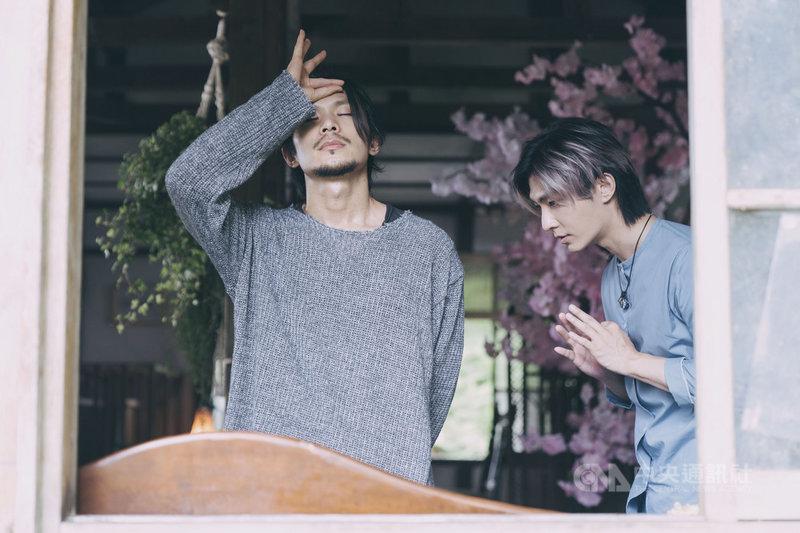 金鐘視帝姚淳耀(左)在影集「我願意」飾演邪教教主,炎亞綸(右)飾演的大明星是他的信徒之一。(絡思本娛樂製作公司提供)中央社記者葉冠吟傳真 110年6月20日