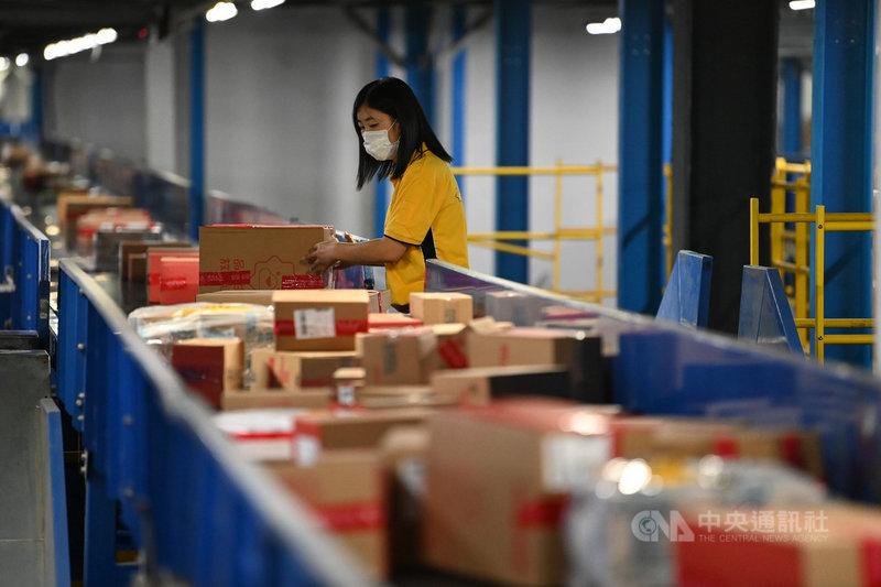 中國電商年度盛事「618購物節」剛落幕,大量為了購物節而誕生的新品牌,成了帶動業績成長的主力指標。圖為18日凌晨,蘇寧易購北京物流基地,員工正對下單的商品進行挑選、分裝。(中新社提供)中央社 110年6月20日