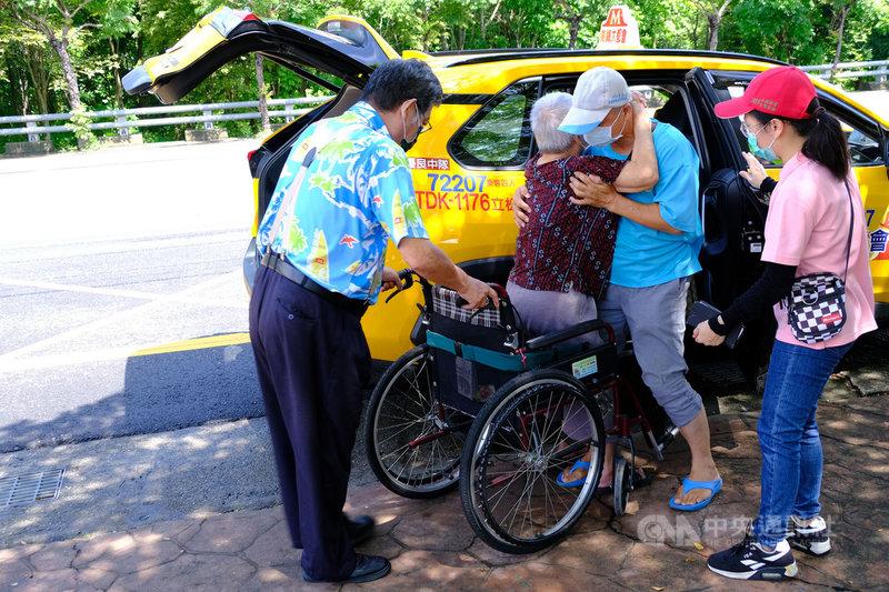 高雄市推出「熱血計程車」載送長者打疫苗,一早前往燕巢活動中心幫忙載客的石姓司機是「拚命三郎」,且貼心幫行動不便長者推輪椅協助上車。中央社記者洪學廣攝 110年6月20日