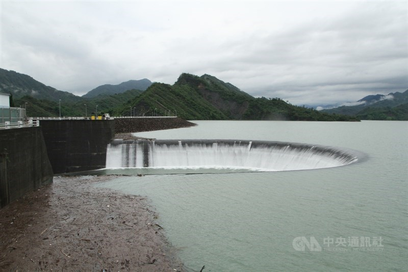南部山區近日持續出現降雨,台南各主要水庫進水情形良好,南化水庫於20日下午2時左右到達滿水位,開始自然溢流。中央社記者楊思瑞攝 110年6月20日