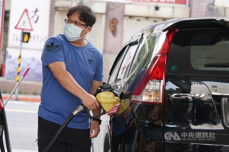 受美國商用油庫存持續下降等因素影響,國際油價上漲,台灣中油20日表示,21日凌晨零時起,汽、柴油價格均調漲新台幣0.1元,汽油價格呈現連6週上漲。圖為民眾20日下午到加油站自助加油。中央社記者徐肇昌攝 110年6月20日