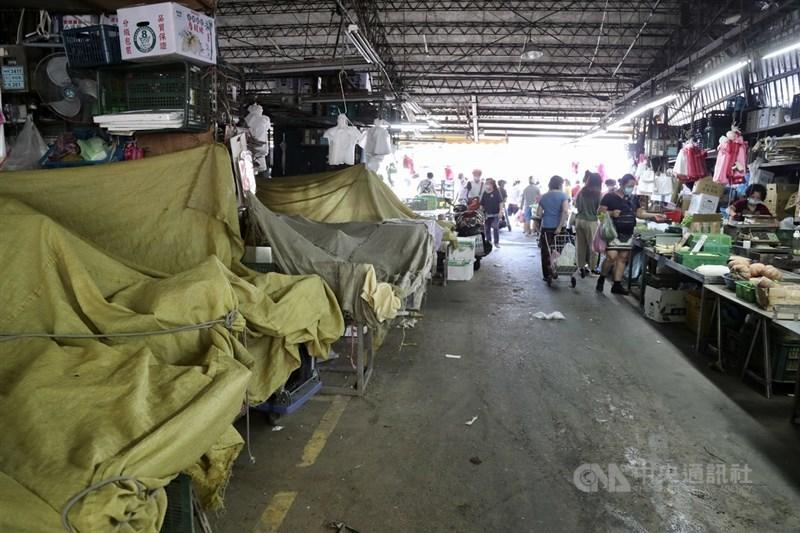國內疫情延燒,台北農產運銷公司有員工染疫確診,第一果菜批發市場零批場也受到影響,18日有許多攤商休息,生意不如以往。中央社記者張皓安攝 110年6月18日