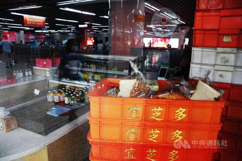 上海台商連鎖麵包店宜芝多傳出大規模停業,徐家匯地鐵站的門市大門緊閉,店內仍有許多未賣完的麵包,和疑為剛進貨的商品。中央社記者沈朋達上海攝 110年6月20日
