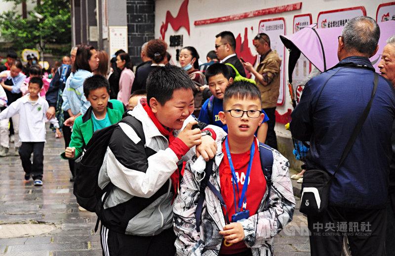 外媒引述知情人士表示,中國官員正討論可能於2025年全面解除生育限制,並將率先於生育率低的東北實施,並推廣到全國。圖為5月貴州遵義一間小學放學的狀況。中央社記者沈朋達遵義攝 110年6月20日