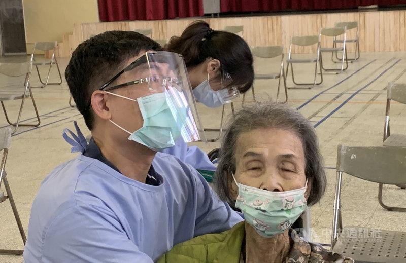 南投縣20日持續為長者施打疫苗,中寮鄉一名90多歲女性長輩(右)到場後直說「我好怕注射,從小就很怕」,醫師梁力仁(左)獲悉後不僅貼心安慰,還張開雙臂給她一個大大擁抱,鼓勵阿嬤。(中寮鄉衛生所提供)中央社記者蕭博陽南投縣傳真 110年6月20日