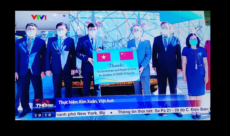 越南20日收到中國國藥集團捐贈的50萬劑疫苗,將提供給在越南的中國公民、計劃前往中國工作或念書的越南人以及住在與中國接壤地區的民眾施打。照片為越南電視台拍攝越南受贈疫苗畫面。中央社河內傳真 110年6月20日
