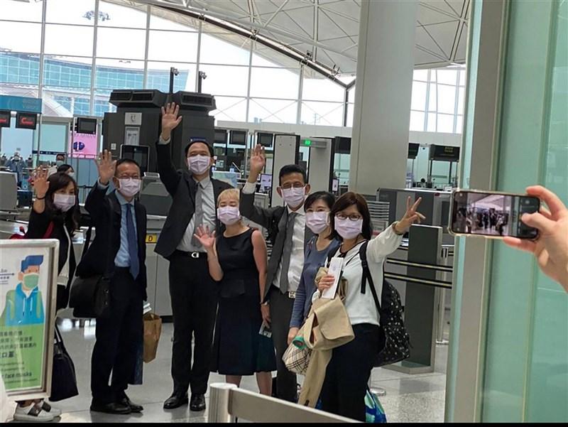 因港府不續發工作簽證,台灣駐港辦公室代理處長林振宙(左3)等7名派駐人員,20日因簽證到期搭機返台。圖為駐港人員在香港機場,離境前與送機者揮手道別。(大陸委員會提供)中央社 110年6月20日