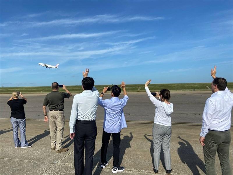 美國捐贈的250萬劑莫德納疫苗20日將運抵台灣,圖為載運這批疫苗的華航波音777型貨機於美東時間19日上午從田納西州的曼菲斯機場啟程返台,駐美代表蕭美琴(右2)到場接收疫苗並與眾人目送飛機起飛。(駐美代表處提供)中央社記者江今葉華盛頓傳真 110年6月19日