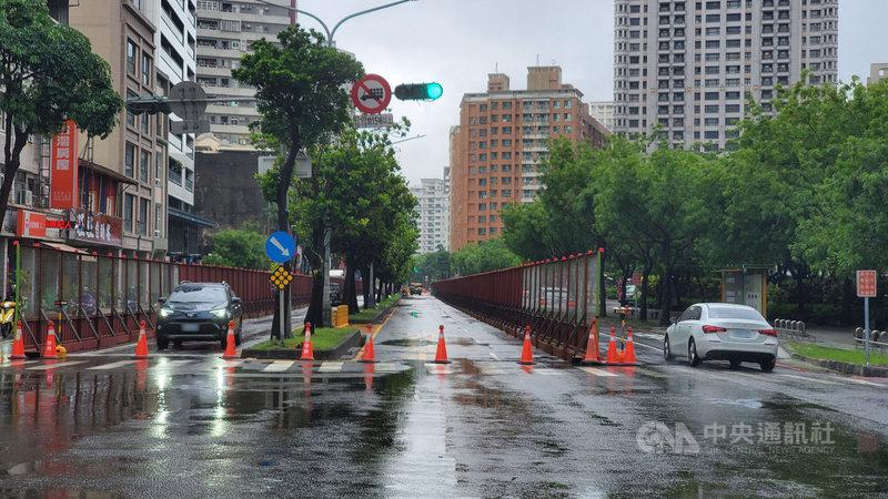 高雄市20日上午有波段式豪雨,不過輕軌二階大順一路段圍籬架設持續推進。根據高雄市交通局統計,目前大順路施工段車流量已減少約30%,顯示用路人智慧駕駛行為及市府交通配套措施改道宣導已見成效,交通局允留意後續道路交通狀況,確實降低對用路人交通衝擊。(高雄市政府提供)中央社記者王淑芬傳真  110年6月20日