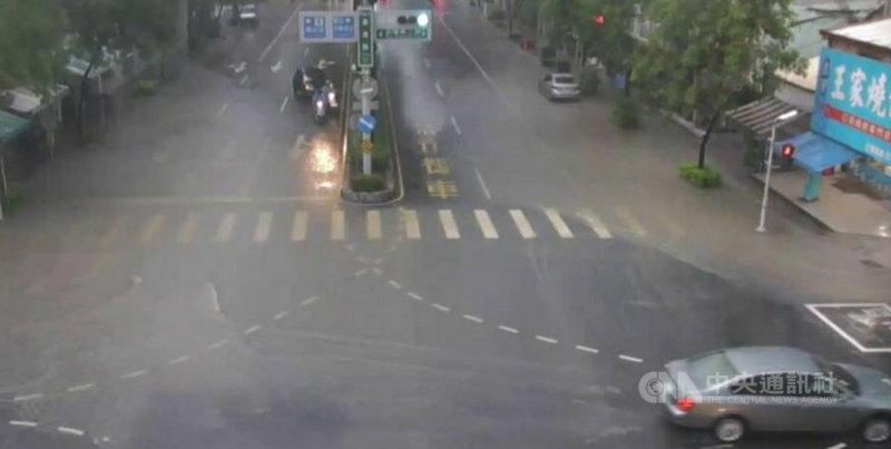 高雄市20日清晨強降雨,鳳山區澄清路部分路段有10至20公分積淹水。(民眾提供)中央社記者王淑芬傳真 110年6月20日