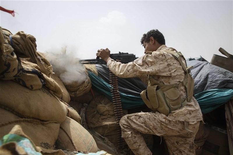 軍方消息人士表示,政府軍和青年運動叛軍為爭奪葉門北部戰略城市馬里卜掌控權的戰鬥復熾,造成雙方47人死亡。圖為沙烏地領導聯軍的葉門戰士在馬里卜前線開火。(美聯社)