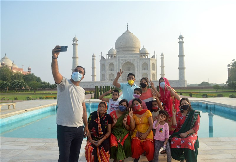 印度疫情緩解,當局逐步解封。圖為16日泰姬瑪哈陵重新開放後,遊客前往造訪。(安納杜魯新聞社)