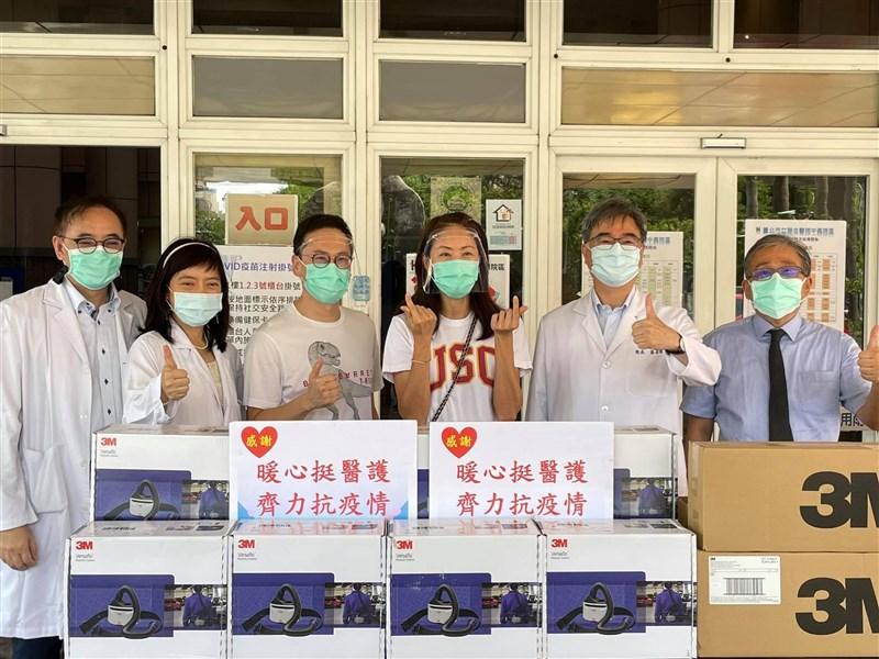 藝人賈永婕(右3)近期收到醫師張厚台求救訊息後,訂購逾百台電動過濾式呼吸防護具(PAPR)贈與醫護,她笑言已變許願小天使。(圖取自賈永婕的跑跳人生臉書facebook.com)