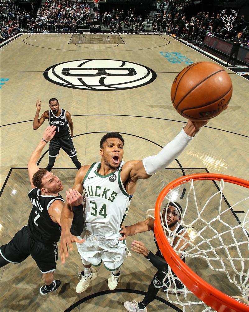 19日NBA公鹿靠著安特托昆博(前中)整場比賽轟下40分,終場以115比111驚險勝籃網。(圖取自twitter.com/Bucks)
