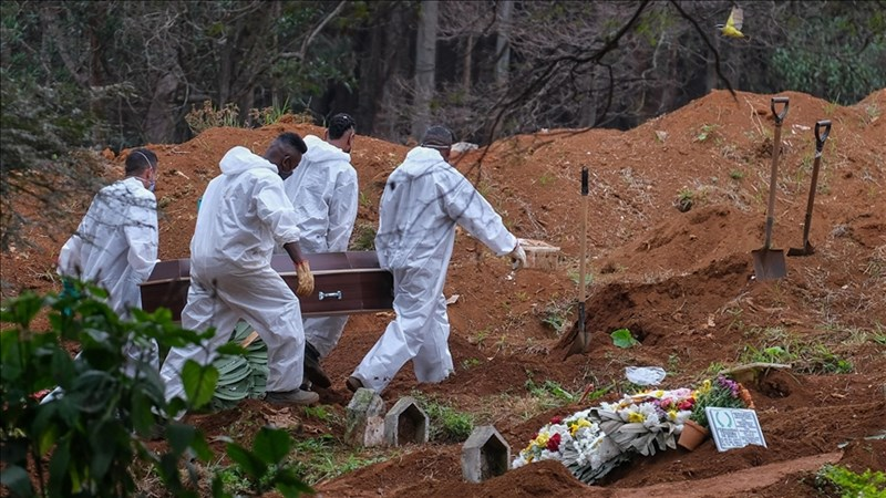 巴西衛生部長奎洛加19日表示,巴西境內感染2019冠狀病毒疾病病故人數已突破50萬大關。圖為19日巴西聖保羅公墓人員埋葬染疫病逝者。(安納杜魯新聞社)