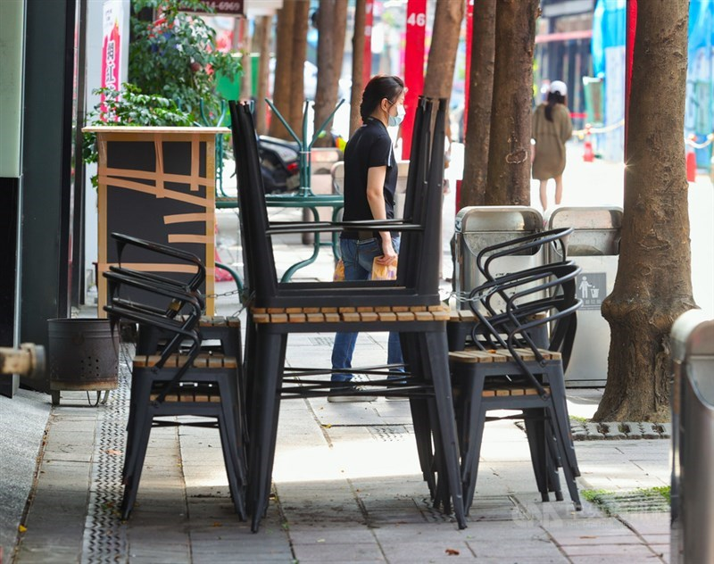 國內受到COVID-19疫情影響,進入防疫3級警戒狀態,台北市西門町商圈20日下午雖是假日,但外出民眾並不多,業者收起戶外桌椅,暫不開放使用。中央社記者謝佳璋攝 110年6月20日