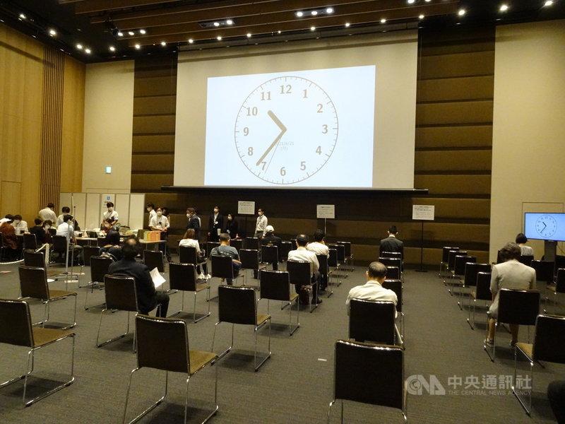 日本21日起正式實施職域接種,森大廈公司申請針對包括員工、眷屬、租戶企業、居民、相關設施管理廠商等共10萬人施打疫苗。圖為21日施打疫苗後休息區。中央社記者楊明珠東京攝 110年6月21日
