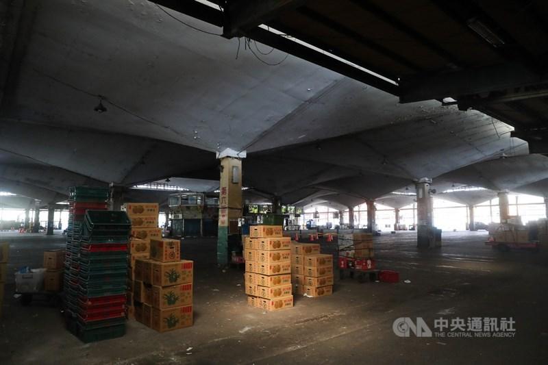農委會表示,關於媒體報導北農染疫一事,已與指揮中心、北市府綜合研商,將完成一市、二市快篩站設立,並管控人流作息,強調會全力防堵北農公司疫情狀況。圖為台北第一果菜市場。中央社記者吳家昇攝 110年6月21日