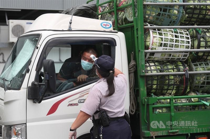 台北農產運銷公司群聚感染,台北市產業局表示,21日設立前進指揮所,並展開環境感控及動線調整,盡速完成篩檢任務。中央社記者吳家昇攝 110年6月21日