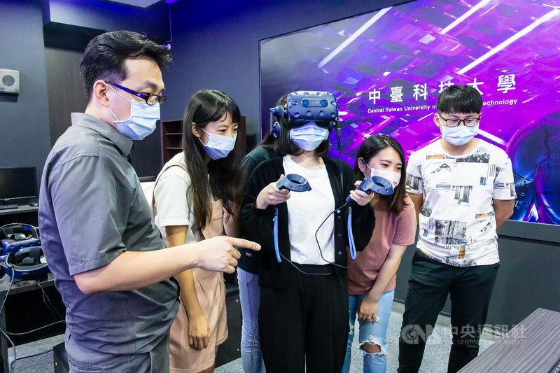 智慧型手機與虛擬實境(VR)廠商宏達電21日與中臺科技大學共同宣布高等教育深耕計畫,成立VR未來教室,落實醫療人才創新教學模式。(宏達電提供)中央社記者吳家豪傳真 110年6月21日