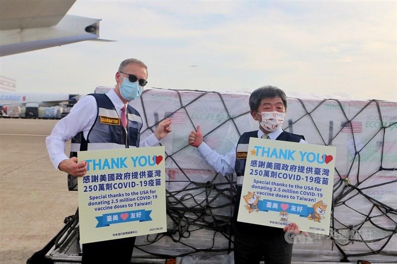 紐約時報報導,美國在台灣疫情嚴峻時捐贈250萬劑疫苗,美中緊張關係恐加劇。圖為美國捐贈的250萬劑莫德納疫苗20日抵台,指揮中心指揮官陳時中(右)、AIT處長酈英傑(左)接機。(中央社檔案照片)
