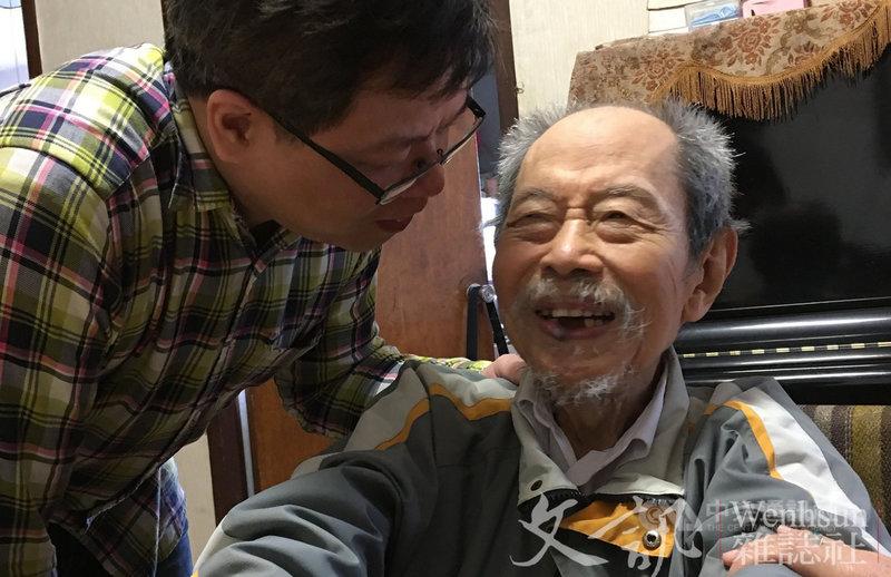 作家梅遜(右)21日清晨辭世,享耆壽96歲。梅遜因視網膜病變失明,但仍堅持在黑暗中創作,晚年體弱仍持續創作,堅持創作的精神令人感動。(文訊提供)中央社記者趙靜瑜傳真 110年6月21日