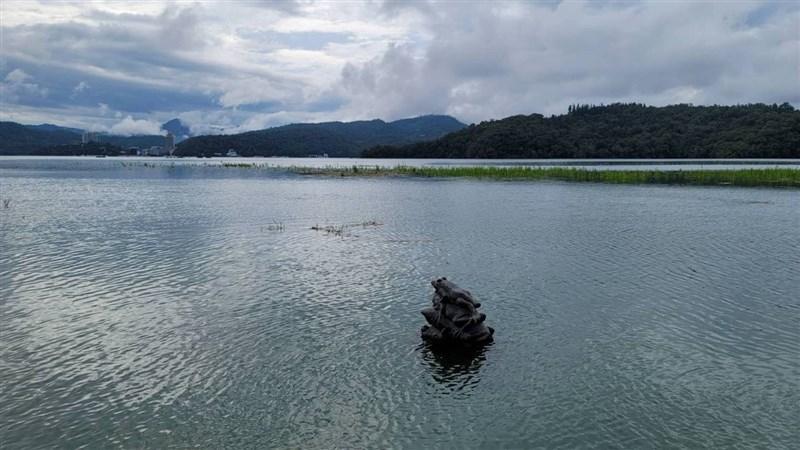 據水利署統計,兩天豐沛降雨可望讓全台水庫進帳6788萬噸。日月潭水庫21日上午蓄水率達95.73%,距滿水位748.48公尺只剩68公分,知名景點「九蛙疊像」由上往下數的第4蛙浸入水中。(日月潭國家風景區管理處提供)中央社記者蕭博陽南投縣傳真 110年6月21日